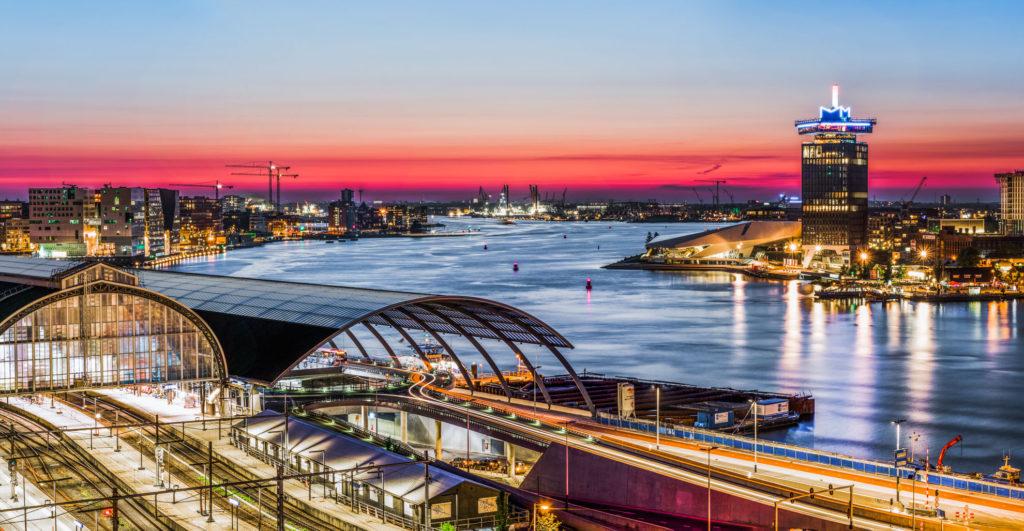Nachtelijk Amsterdam, avondfotografie Amsterdam, avondfoto's Amsterdam, nachtfotografie Amsterdam, Het IJ, A'DAM toren, avondfotografie in opdracht