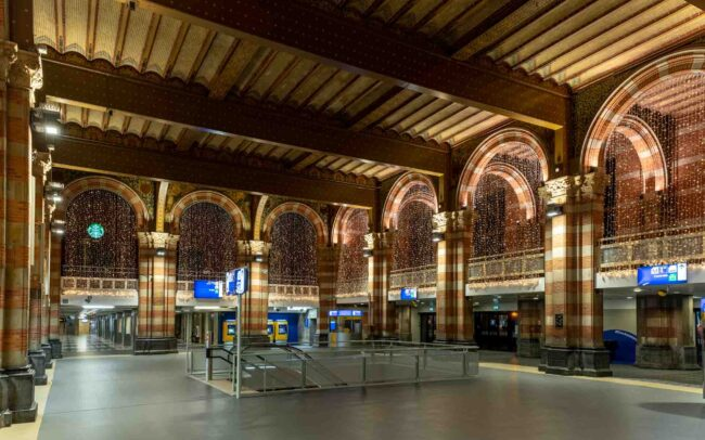 Avondklok Amsterdam corona centraal station CS stationshal