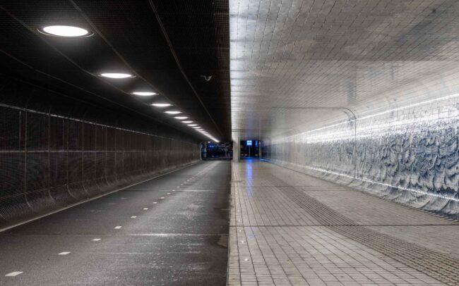 Avondklok Amsterdam corona centraal station CS fietstunnel