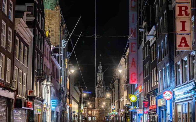 Avondklok Amsterdam in beeld corona Reguliersbreestraat