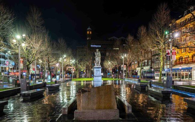 Avondklok Amsterdam in beeld corona Rembrandtplein
