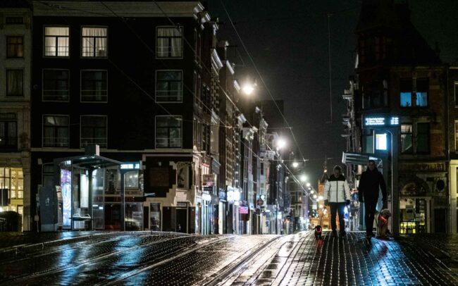 Avondklok Amsterdam in beeld corona Leidsestraat