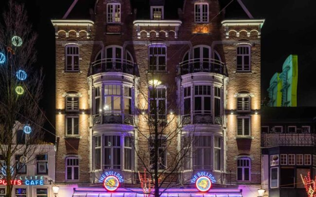 Avondklok Amsterdam in beeld corona Leidseplein Bulldog