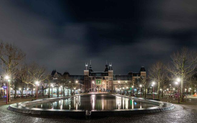 Avondklok Amsterdam in beeld corona Rijksmuseum