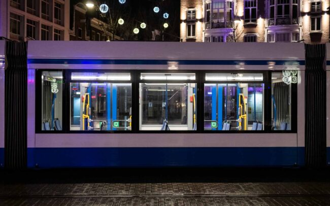 Avondklok Amsterdam corona in beeld lege tram