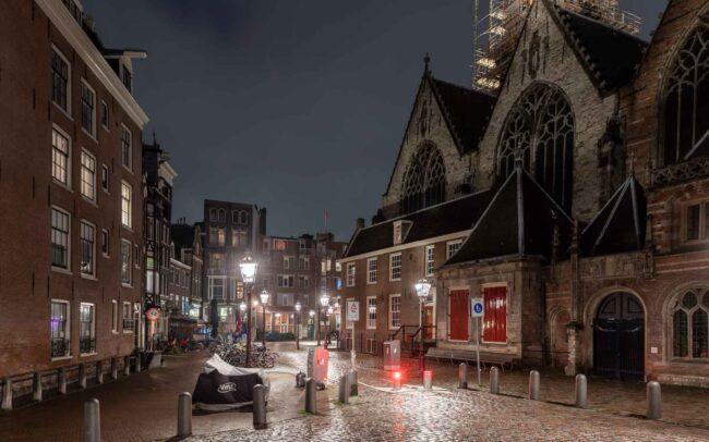 Avondklok Amsterdam corona Oudekerksplein Wallen