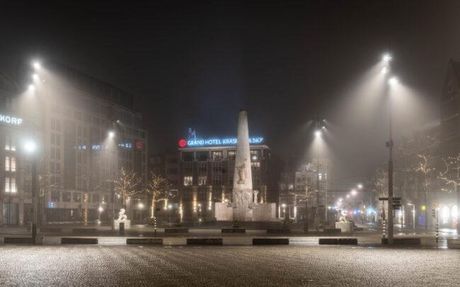 Avondklok Amsterdam corona Monument op de Dam