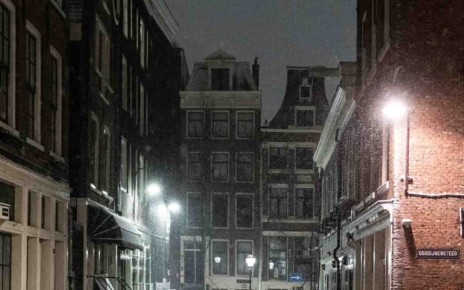 Avondklok Amsterdam sneeuw corona Wallen