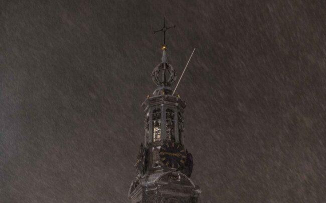 Avondklok Amsterdam sneeuw corona Munttoren