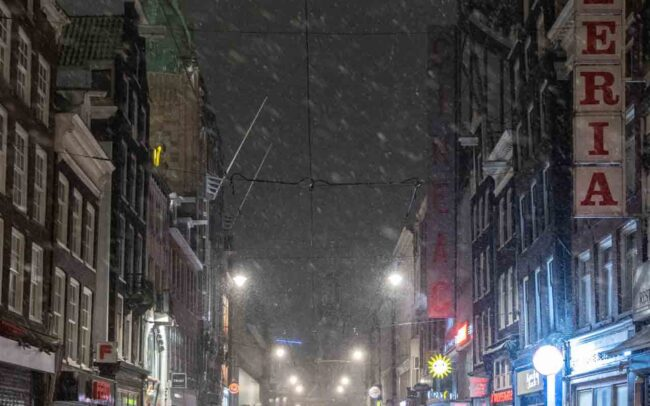 Avondklok Amsterdam sneeuw corona REguliersbreestraat