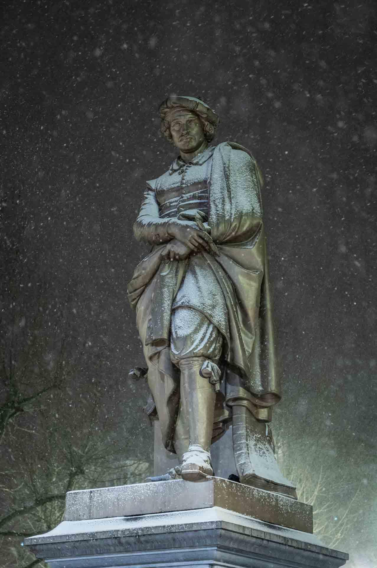 Avondklok Amsterdam sneeuw corona Rembrandt