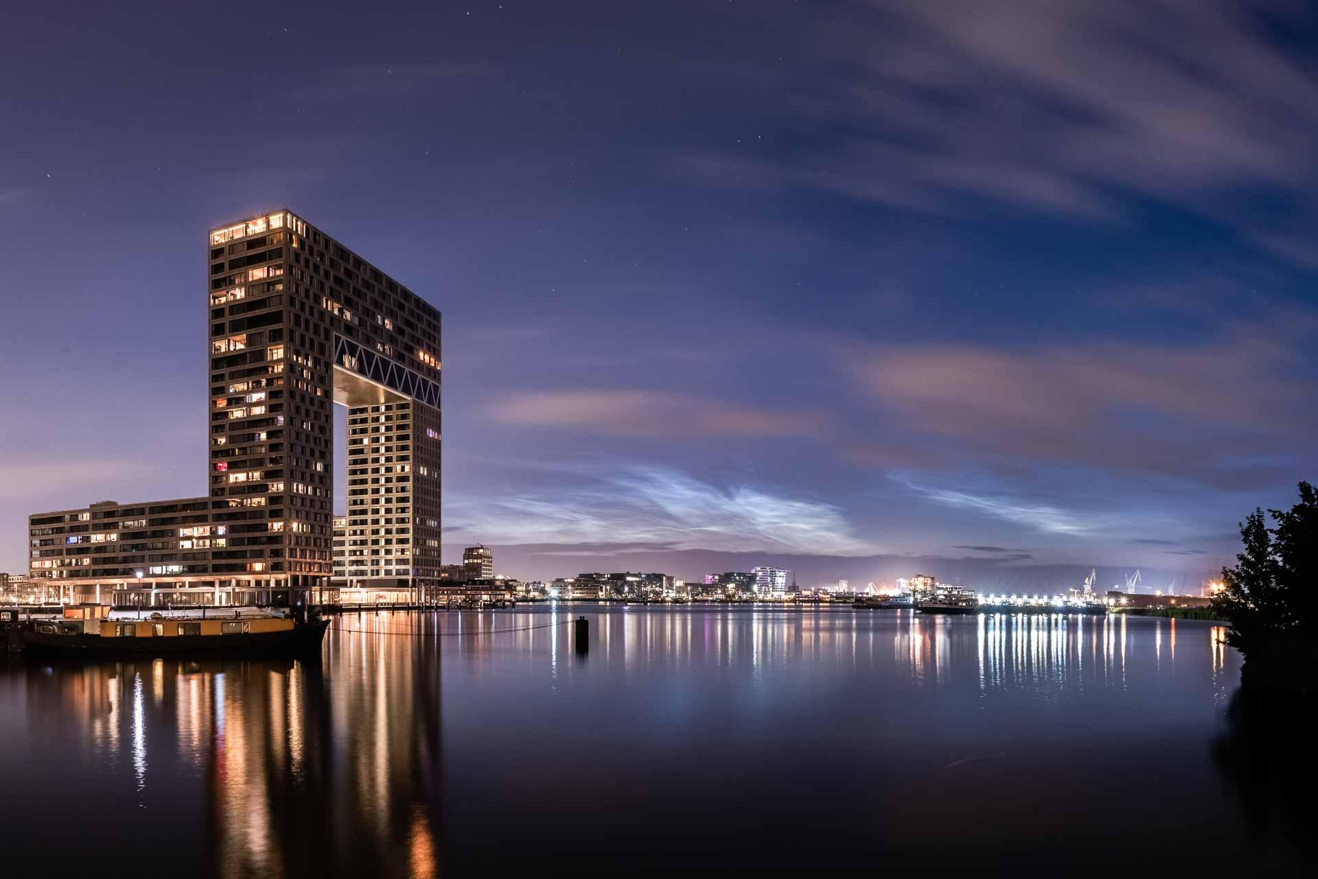 Lichtende nachtwolken in Amsterdam Pontsteiger